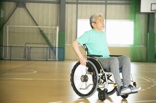 車椅子を操作するシニアの男性の写真素材 [FYI04114718]
