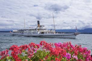 スイス、ジュネーブ近郊コペ、レマン湖と遊覧船の写真素材 [FYI04114828]