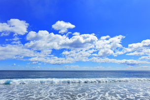 浜辺に寄せる波と空に雲の写真素材 [FYI04114855]