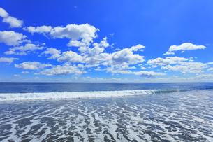 浜辺に寄せる波と空に雲の写真素材 [FYI04114856]