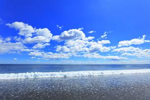 浜辺に寄せる波と空に雲の写真素材 [FYI04114857]