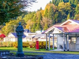 小坂鉄道の旧小坂駅舎と獅子頭共用栓の写真素材 [FYI04114886]