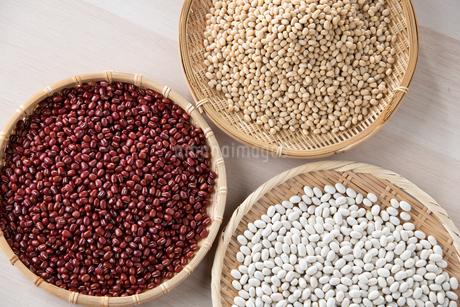 Various kinds of beans image. Red adzuki beans,white adzuki beans,white kidney beans.の写真素材 [FYI04115092]