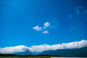 八ヶ岳農場牧草地と夏空の写真素材 [FYI04115288]