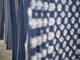伝統工芸 藍染 デニム 布 ファブリック インディゴの写真素材 [FYI04115463]