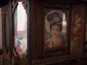 アジア 古い装飾品 家具 中国 ガラス カラフル 赤 ビンテージの写真素材 [FYI04115466]