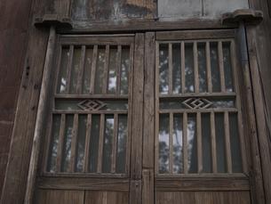 伝統建築 木造 ドア 門 ガラスの写真素材 [FYI04115468]