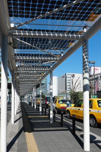 川崎駅東口、タクシー乗り場の太陽光発電設備の写真素材 [FYI04115484]