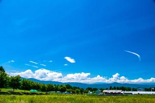 八ヶ岳農場牧草地と夏空の写真素材 [FYI04115496]