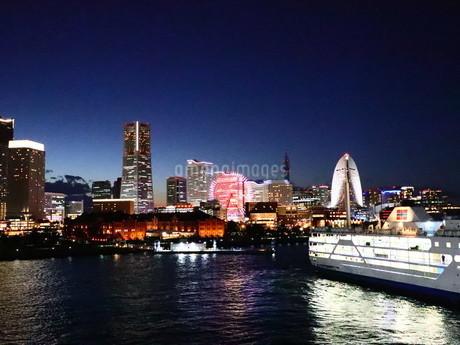 みなとみらいの夜景、船を添えての写真素材 [FYI04115503]