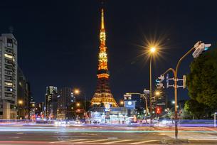 東京タワーと交差点の写真素材 [FYI04115712]