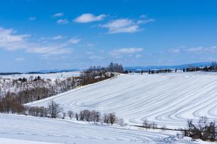 美瑛の丘の融雪作業の写真素材 [FYI04115738]