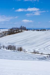 美瑛の丘の融雪作業の写真素材 [FYI04115739]