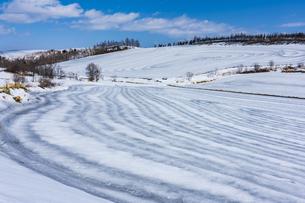 美瑛の丘の融雪作業の写真素材 [FYI04115749]