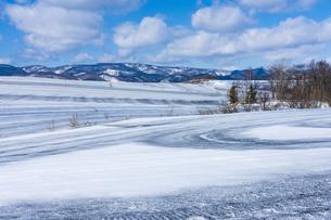 美瑛の丘の融雪作業の写真素材 [FYI04115751]