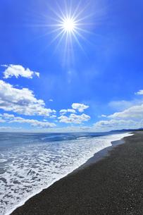 浜辺に寄せる波と空に太陽の写真素材 [FYI04115848]