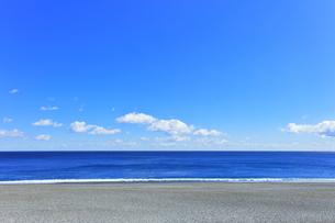 浜辺に寄せる波の写真素材 [FYI04115850]