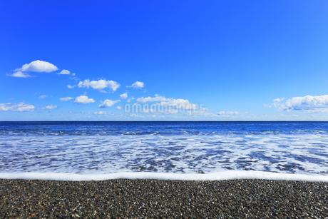 浜辺に寄せる波の写真素材 [FYI04115853]