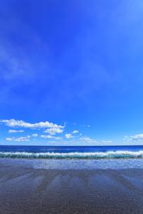 浜辺に寄せる波の写真素材 [FYI04115855]