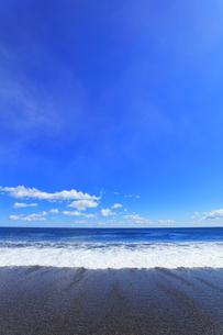 浜辺に寄せる波の写真素材 [FYI04115856]
