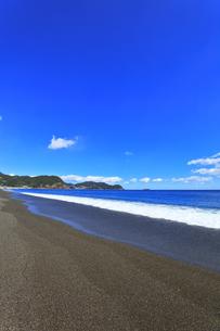 浜辺に寄せる波の写真素材 [FYI04115858]