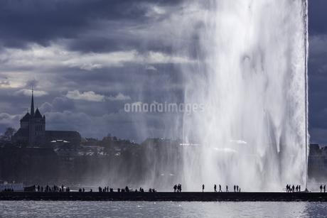 スイス、ジュネーブ、旧市街と大噴水の写真素材 [FYI04115934]
