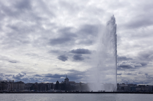 スイス、ジュネーブ、旧市街と大噴水の写真素材 [FYI04115936]
