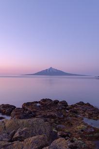 日の出前の利尻富士の写真素材 [FYI04115966]