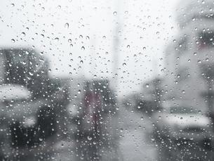 【天気】雨の日にビニール傘越しからみる町並み 雨粒の写真素材 [FYI04116041]