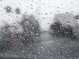 【天気】雨の日にビニール傘越しからみる町並み 雨粒の写真素材 [FYI04116043]