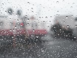 雨の日にビニール傘越しからみる町並み 雨粒の写真素材 [FYI04116044]