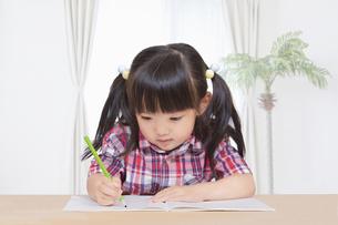子供部屋で勉強をする幼い女の子。勉強、教育、育児イメージの写真素材 [FYI04116208]