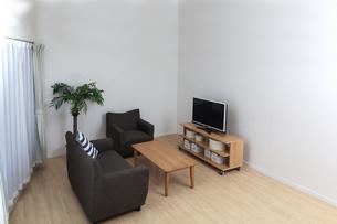 無人の長椅子とテレビのある居間。背景素材の写真素材 [FYI04116212]