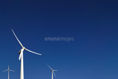 雲のない青空を背景に立つ3機の風力発電機。環境、クリーン、クリーンのイメージ素材の写真素材 [FYI04116214]