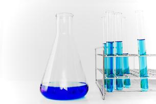 青い溶液の入った試験管とフラスコ。実験、開発、試験、検査イメージの写真素材 [FYI04116216]