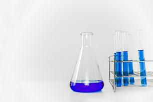 青い溶液の入った試験管とフラスコ。実験、開発、試験、検査イメージの写真素材 [FYI04116217]
