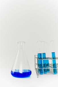 青い溶液の入った試験管とフラスコ。実験、開発、試験、検査イメージの写真素材 [FYI04116218]