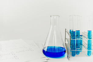 青い溶液の入った試験管とフラスコ。実験、開発、試験、検査イメージの写真素材 [FYI04116219]