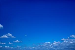 地平線より上の無人の空だけの広角写真。空の背景用素材の写真素材 [FYI04116222]