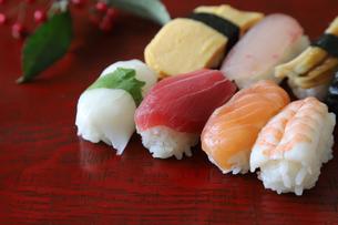 漆塗りの板に盛ったお寿司の写真素材 [FYI04116229]
