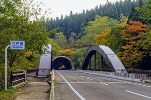 立石橋、旧小坂鉄道と沿うように通る樹海ラインの橋の写真素材 [FYI04116280]