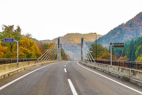 雪沢大橋、旧小坂鉄道の廃線跡に沿って通る樹海ラインの橋の写真素材 [FYI04116281]