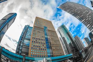 東京都港区・汐留のオフィスビル群と青空の写真素材 [FYI04116417]