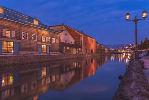 夕暮れの小樽運河の写真素材 [FYI04116551]