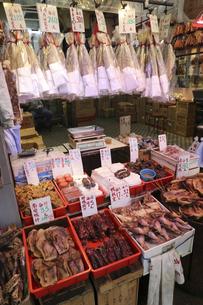 海味街とも呼ばれる西營盤にある徳輔道西(デ・ヴォー・ロード・ウェスト)の乾物店で売られる塩魚ハムユイ(上)と鴨の燻製や干し物の写真素材 [FYI04116552]
