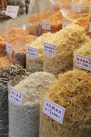 西營盤にある徳輔道西(デ・ヴー・ロード・ウェスト)の「海味街」で売られる干したシラウオ(白魚)などの高級中華食材。の写真素材 [FYI04116553]