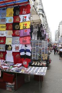 香港・旺角(モンコック/Mong Kok)の通菜街(通称女人街)で売られる香港土産のシャツなどの写真素材 [FYI04116554]