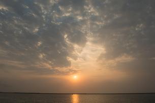 オレンジ色の夕日が反射する海の写真素材 [FYI04116578]