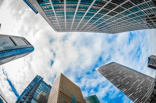 東京都港区・汐留のオフィスビル群と青空の写真素材 [FYI04116608]