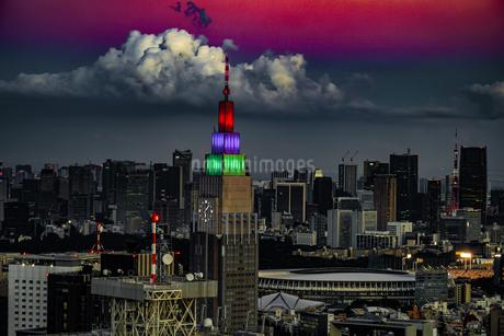 東京都庁の展望台から見える新宿の都市風景と夕景の写真素材 [FYI04116620]